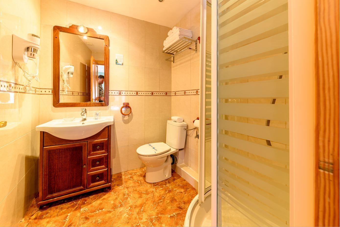 Baño Habitación Cuadruple en hotel Castro Urdiales cocina