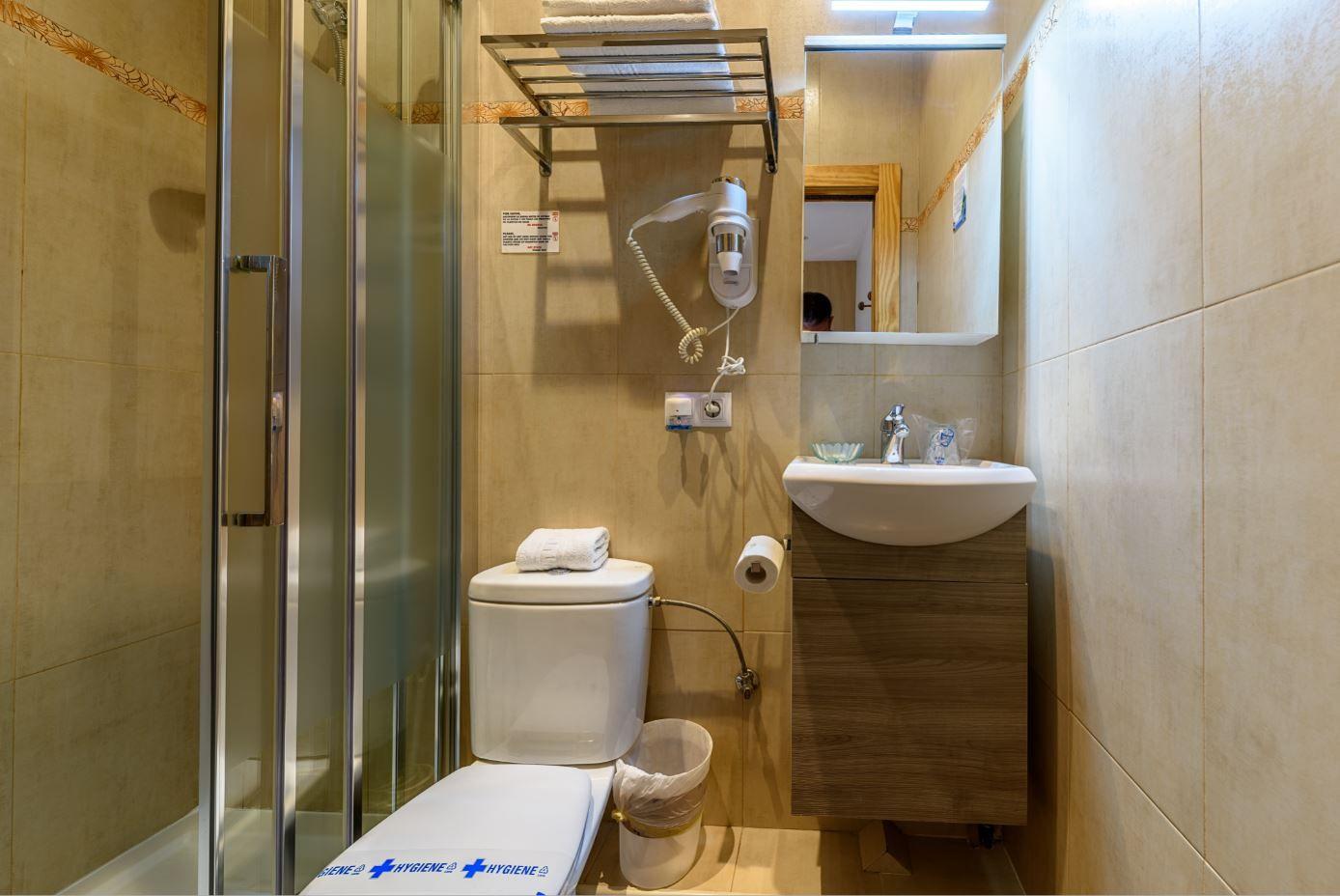 Baño de Habitación Cuadruple en hotel Castro Urdiales barato