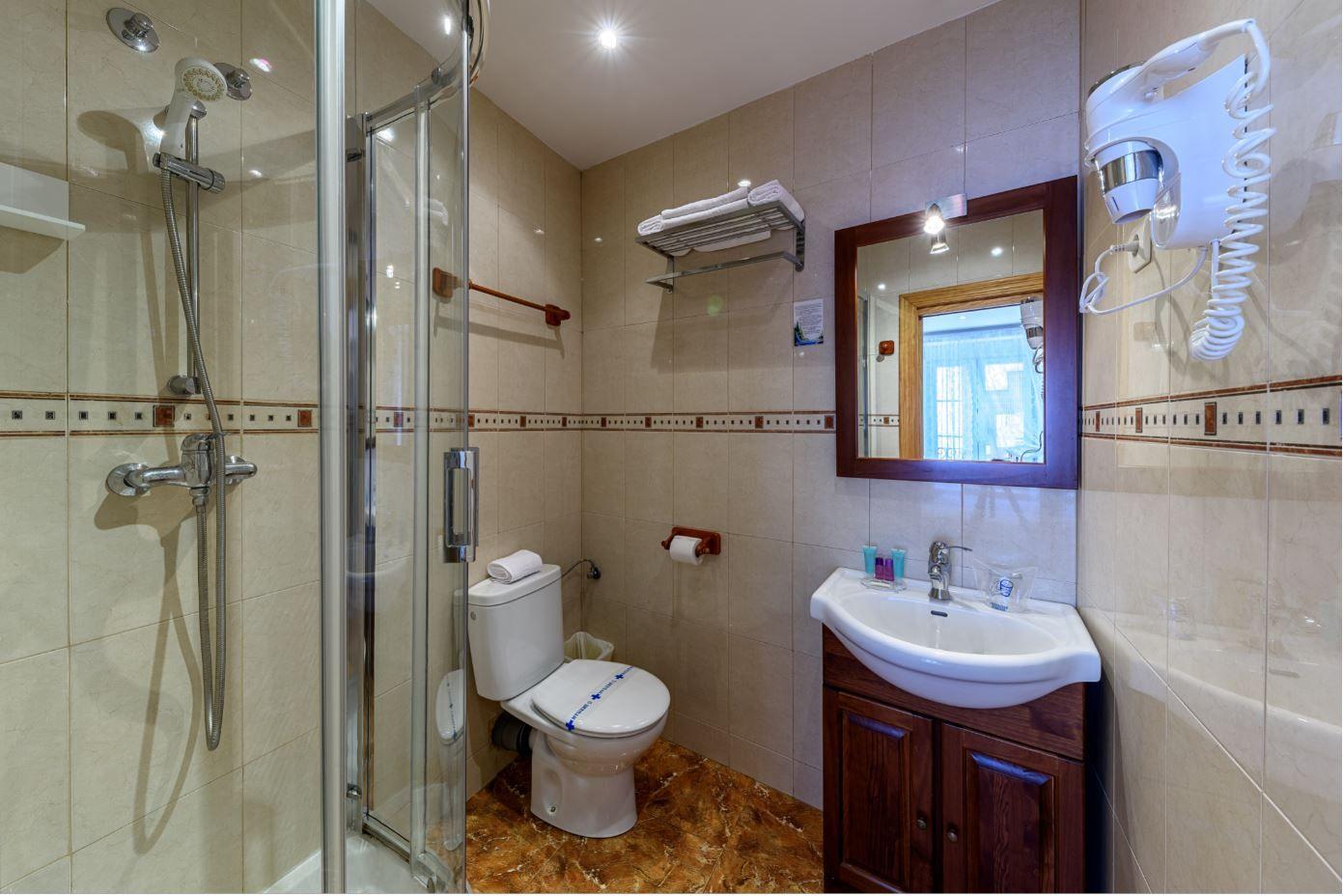 Baño de Habitación Doble de matrimonio en hotel Castro Urdiales